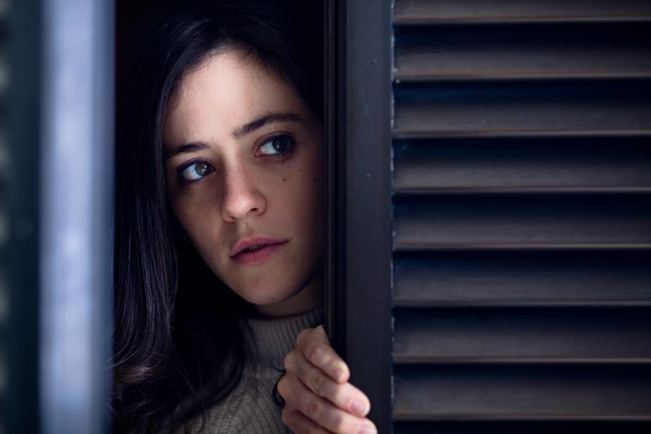 Eine Frau, die zu viel Angst hat, um mit ihrem Leben fortzufahren